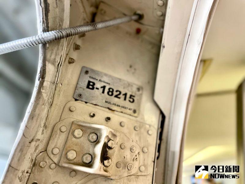 ▲B-18215編號牌就藏在登機門中。(圖/記者陳致宇攝)