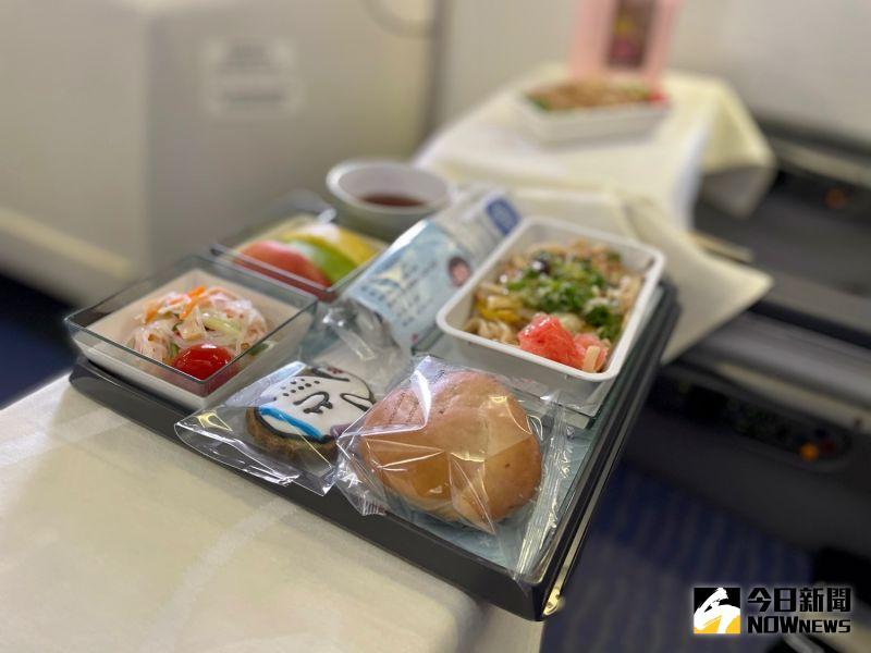 ▲經濟艙搭配櫻花蝦乾式炒麵及雞肉親子丼,另有特製隱藏版747空中女王杯子蛋糕與飛機造型餅乾。(圖/記者陳致宇攝)