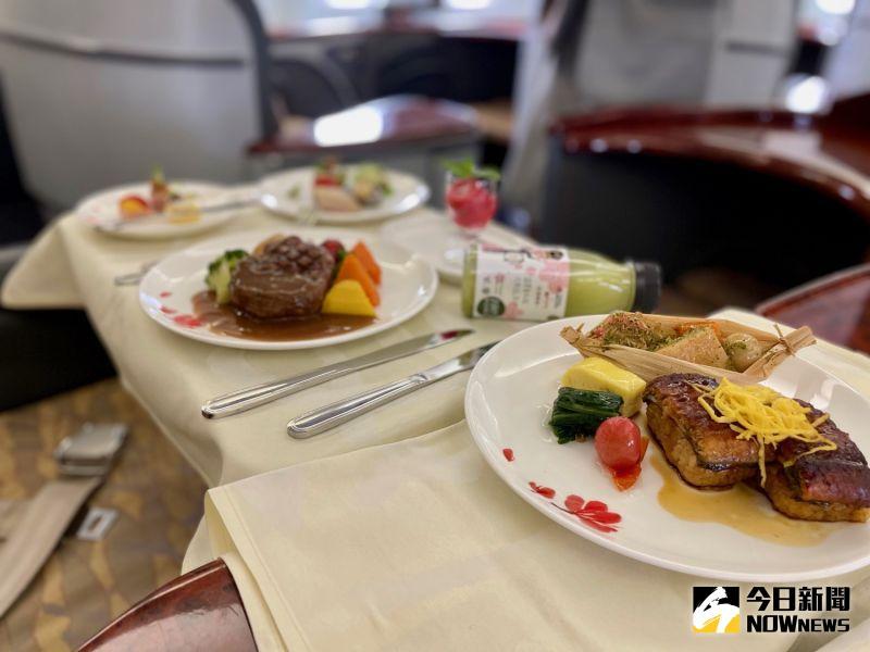▲頭等艙餐飲特別採復刻服務,搭配經典「紅梅揚姿」骨瓷瓷器。(圖/記者陳致宇攝)