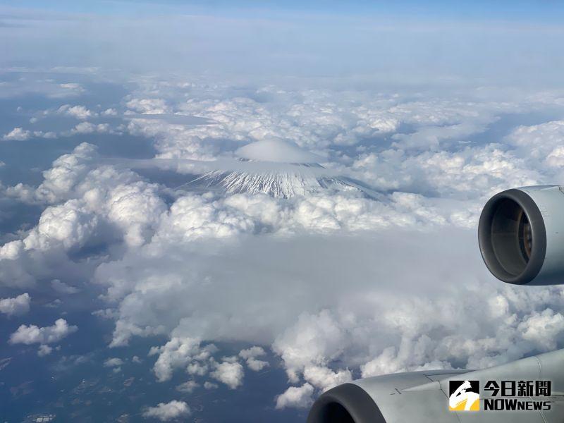 ▲班機於上午11時30分由桃園機場出發,至日本富士山上空繞行一圈再返回。(圖/記者陳致宇攝)