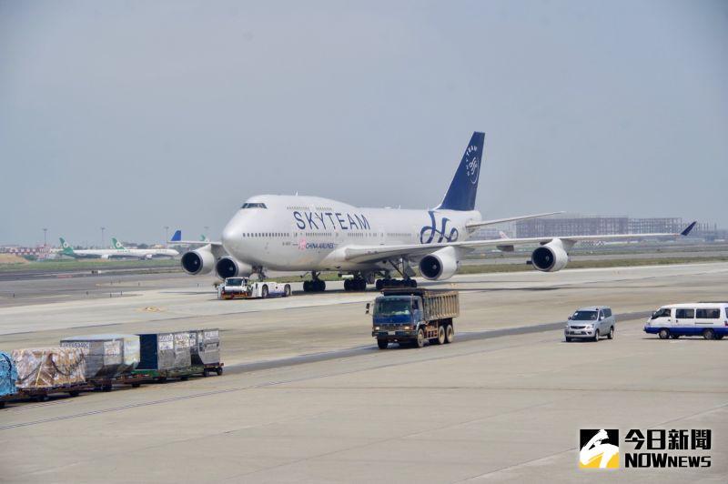 ▲華航安排兩架747-400客機停在機坪,一起向永遠的空中女王告別致意。(圖/記者陳致宇攝)
