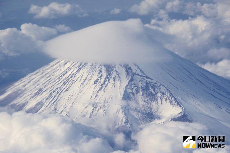 ▲機上旅客還很幸運的遇上富士山被笠雲覆蓋,就像戴上一頂白色帽子。(圖/記者陳致宇攝)