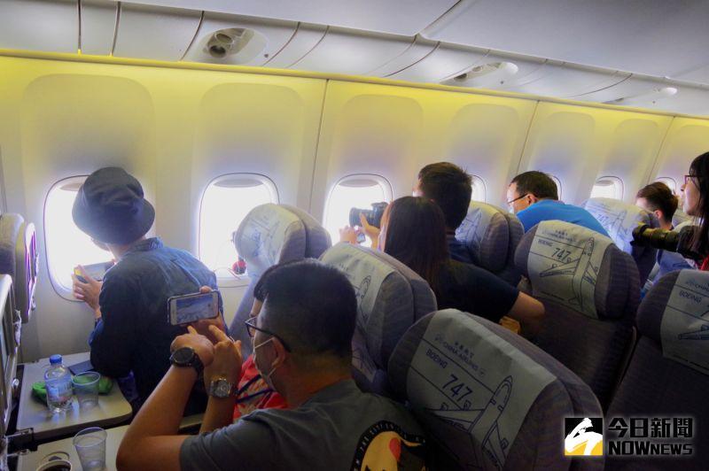 ▲機上旅客紛紛拿起相機、手機搶拍富士山。(圖/記者陳致宇攝)