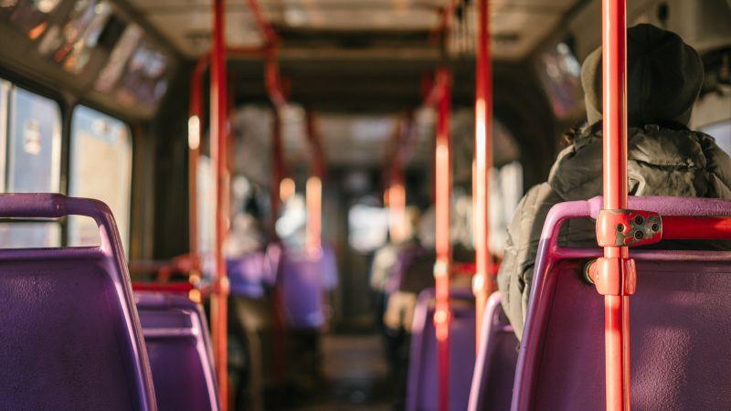 ▲有女網友不解,為何有些人搭公車時,會故意選靠走道的位置,讓她覺得很自私,貼文一出,網友全吵翻。(示意圖/取自unsplash)