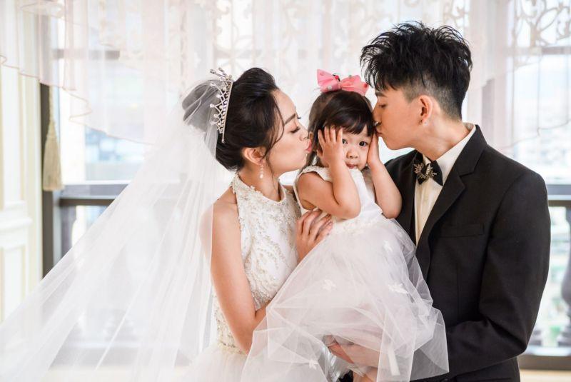 ▲貝童彤(左)和老公Howard(右)生下可愛女兒。(圖/星恆提供)