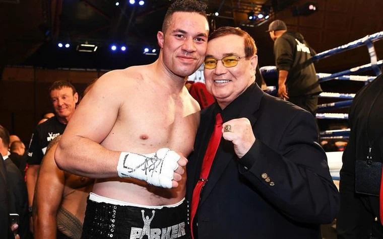 ▲謝里頓(右)過去是職業拳擊賽的知名主持人,曾主持超過1萬場以上的拳賽。(圖/翻攝IG)
