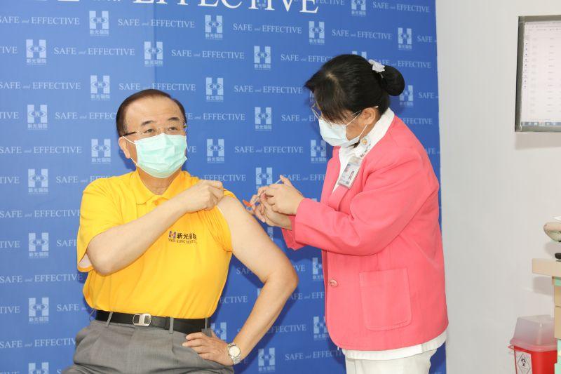 ▲新光醫院今天上午由侯勝茂院長帶頭開打AZ疫苗。(圖/新光醫院提供)