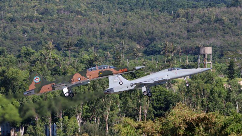 ▲空軍編號5286、5287的2架F-5E戰機在空中發生擦撞後墜海。(圖/網友豆子提供)