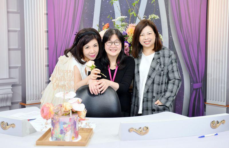 ▲TVBS總經理劉文硯(右起)、台長王偉芳獻花給壽星陳文茜。(圖/TVBS)