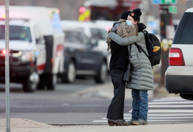 ▲於槍擊案中生還的倖存者相擁而泣。(圖/美聯社/達志影像)