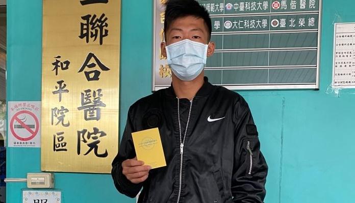 我國網壇「夜市球王」曾俊欣今(23)日上午到台北和平醫院,接種新冠肺炎疫苗。(圖/曾育德提供)