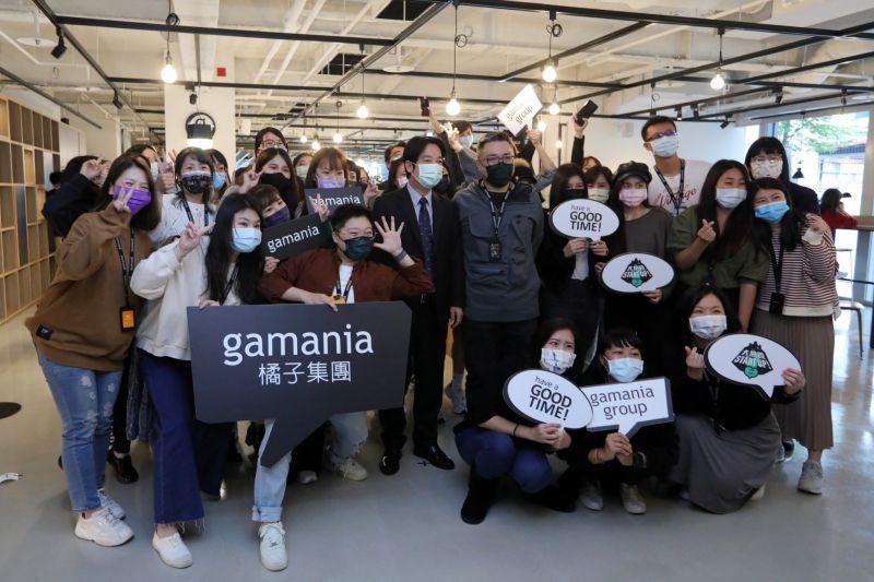 ▲副總統賴清德23日參訪Gamania橘子集團,與員工開心大合照。(圖/總統府提供)