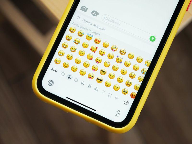 ▲詭異emoji在前三排?妻一看老公iPhone崩潰,網揪致命點。(示意圖/翻攝自unsplash)