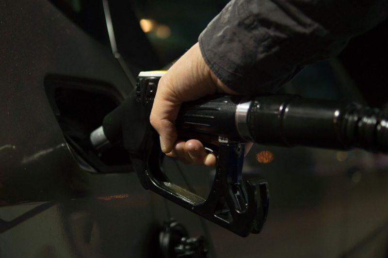 ▲有網友抱怨,去加油站加油時,遇到店員跳停後還繼續加到滿,讓他相當傻眼。(示意圖/翻攝自《pixabay》 )