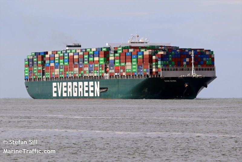 ▲長榮海運的「長賜號」在蘇伊士運河上擱淺,讓上百輛船隻被迫滯留於附近海域,間接影響到跨洲際原油運輸。(圖/翻攝自MarineTraffic.com)