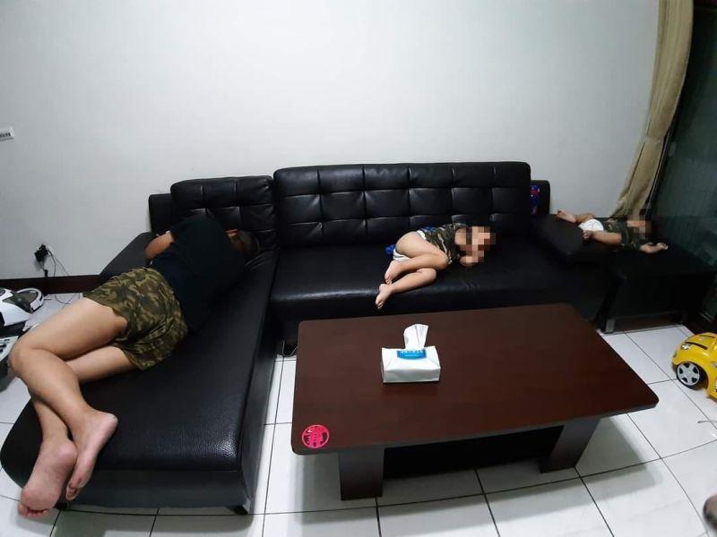 ▲男網友被趕出房間睡沙發,小孩義氣相挺同進退,父子三人共甘苦的畫面讓大家笑翻。(圖/翻攝自《爆廢公社二館》臉書)