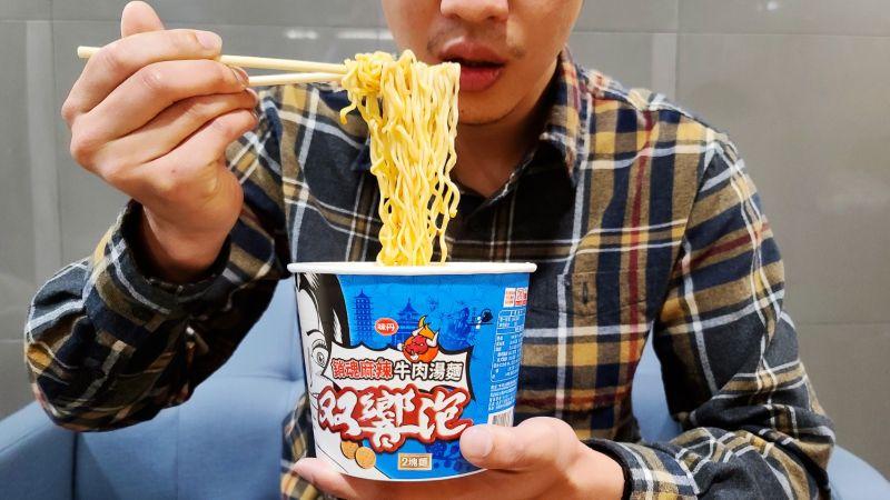 ▲双響泡25周年,推出新口味「銷魂麻辣牛肉湯麵」,勁麻與辣香讓許多老饕讚不絕口。(圖/NOWnews)