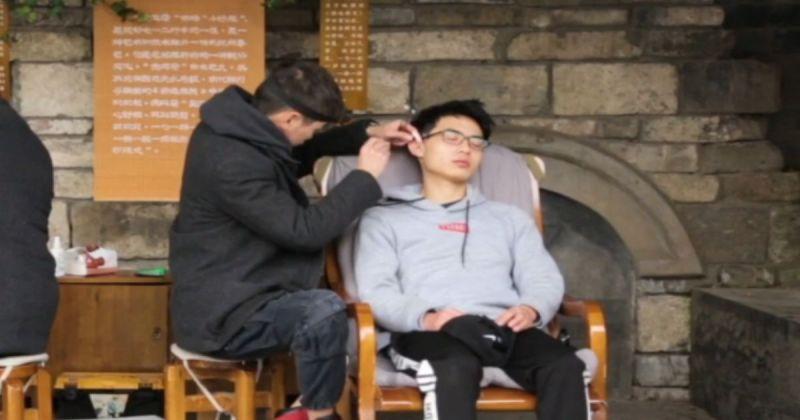 在中國西南部四川省成都市的街頭,處處可見「掏耳人」使用各種工具為客人服務的身影,而這正是當地獨特文化景緻「掏耳朵」。