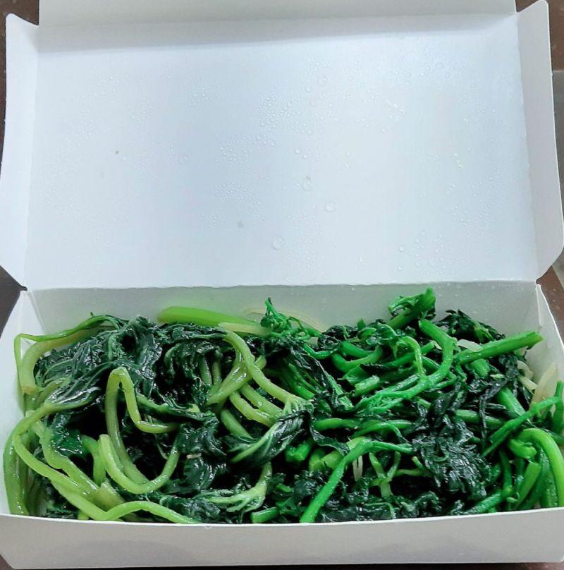 ▲原PO在自助餐店夾了滿滿一大盒青菜,竟然只要10元。(圖/翻攝自《爆廢1公社》)