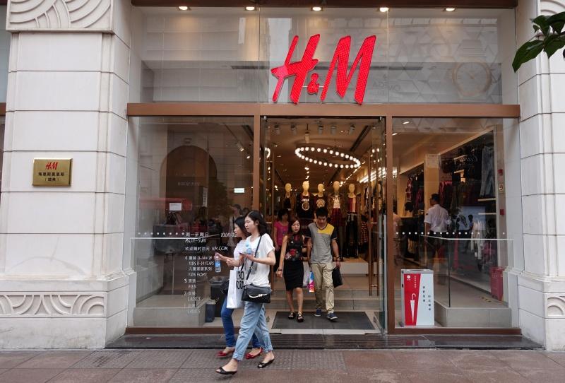▲北歐知名服飾品牌「H&M」,因為捲入新疆人權、強迫勞動的風波,近日在中國慘遭抵制,但其實過去這類的事例已經有很多。資料照。(圖/美聯社/達志影像)
