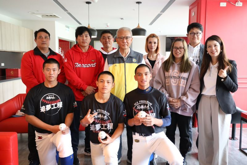 (左起)追夢選手陽柏翔、洪雋熙、顏宇廷、頂新和德文教基金會創辦人魏應充