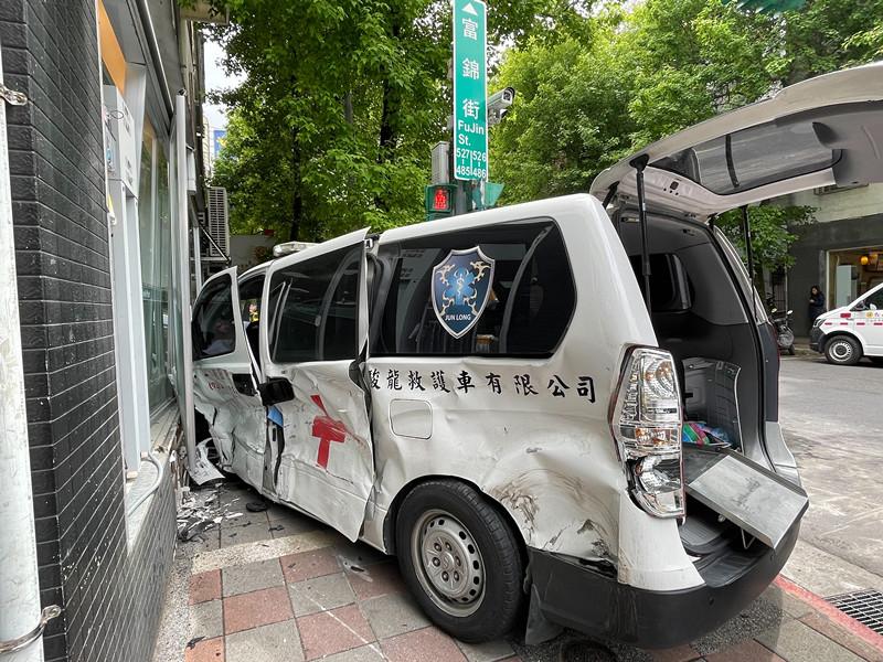 影/北市鬧區救護車執勤遭高速撞擊 病患緊急送醫