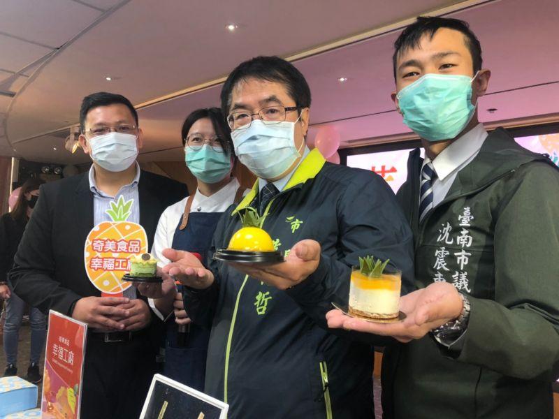 ▲黃偉哲手捧鳳梨甜點,歡迎大家來台南輕旅行,品嘗美味鳳梨(圖/者林怡孜摄,2021,03,25)