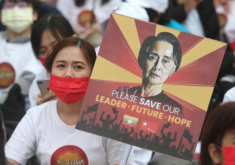 ▲緬甸多家連鎖超市、百貨公司昨(24)日歇業響應罷工反政府示威,約100名商店員工被官方「召集」。(圖/美聯社/達志影像)