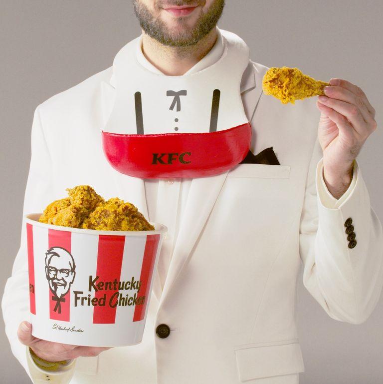 ▲今年台灣肯德基也不落人後,近日宣布推出啃雞神器「炸雞圍兜兜」,保證吃炸雞脆屑不落地。(圖|KFC肯德基)