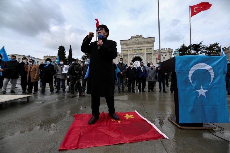 ▲數以百計維吾爾人赴中國駐伊斯坦堡總領事館外示威,抗議中國國務委員兼外交部長王毅到訪。維吾爾社群在安卡拉的記者會則強調,中國所犯種族滅絕罪行再也無法掩蓋。(圖/美聯社/達志影像)