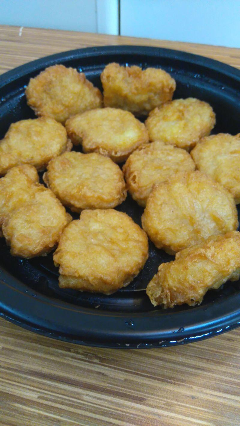 ▲有一位網友在網路上分享了「麥當勞12塊雞塊」的吃法,沒想到結局卻引出其他人的各路流派吃法。(圖/翻攝自網路論壇《Dcard》)