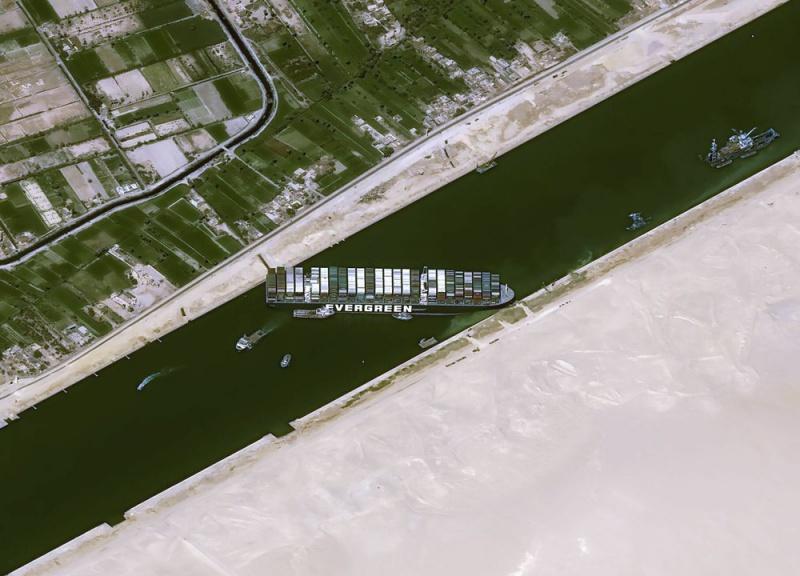 ▲外媒公布的空拍影像,長賜號仍橫向堵在蘇伊士運河通道上,往來船隻都無法通行。(圖/美聯社/達志影像)