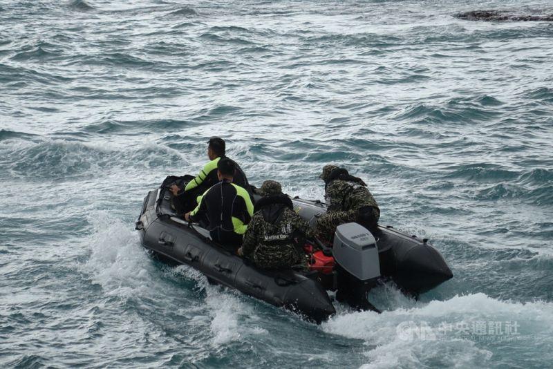 天氣轉好 13名陸戰蛙人潛水搜尋F-5E失蹤飛官