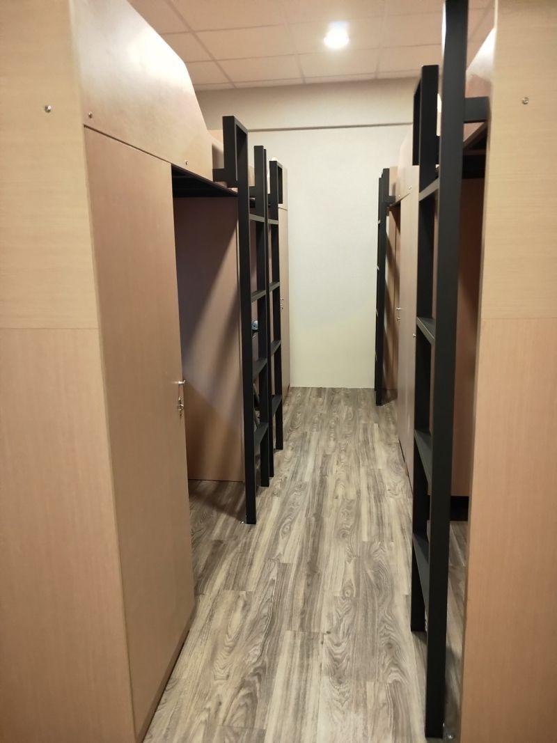 ▲所謂的「套房」設計實際上與一般學生宿舍的上方床鋪下方書桌的形式無異,個人空間更狹小,賈格卻翻了一倍以上。(圖/淡大學生議會提供)