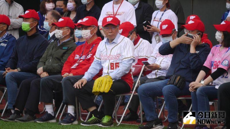 ▲台北市長柯文哲(中)帶領326位貴賓參與味全龍隊開球,創下世界金氏紀錄。(圖/吳政紘攝)