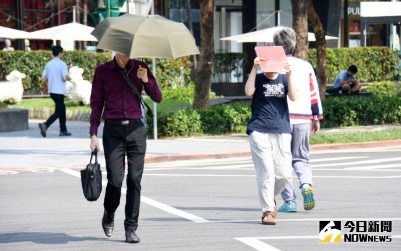 ▲今天東北季風雖然減弱,但早晚溫差大,民眾出門依舊要攜帶輕薄外套。(示意圖/NOWnews資料照)
