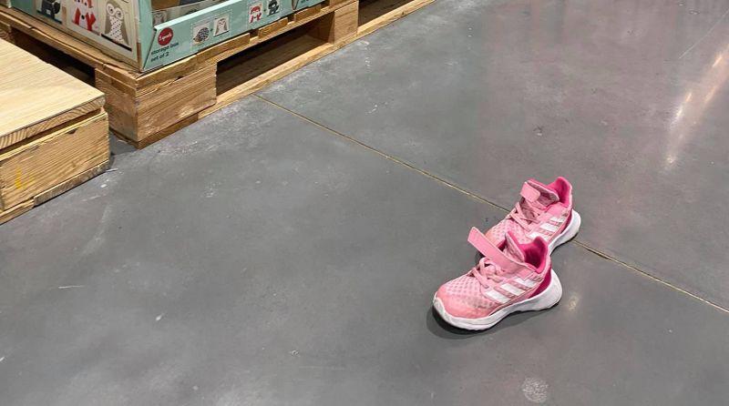 她逛大賣場驚見地上遺留「一雙舊鞋」 網抖出暗黑原因
