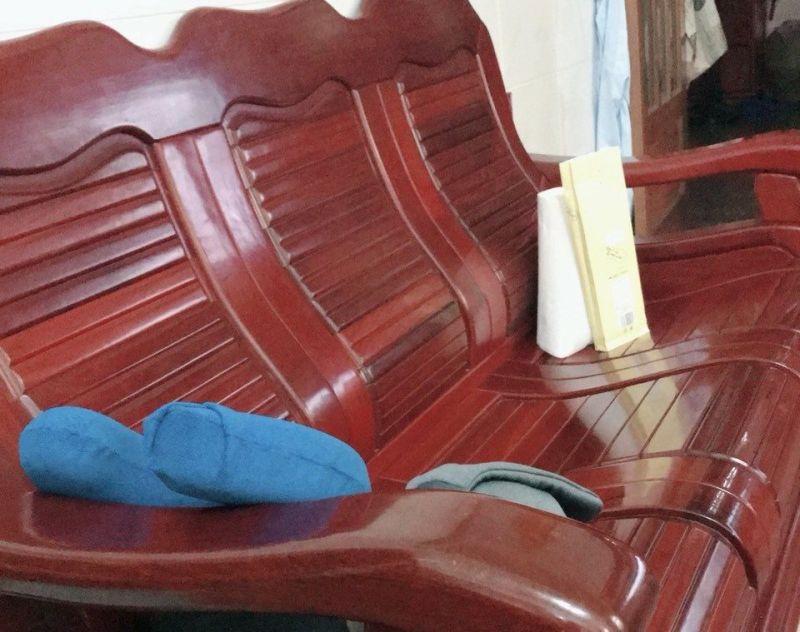▲長輩卻特別喜愛「長型木椅」?內行網友出面解惑。(圖/翻攝自丹尼婊姐臉書)