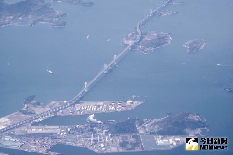 ▲瀨戶大橋橫跨日本本州到四國,機長特別降低飛行高度,讓旅客可以清楚的看見。(圖/記者陳致宇攝)
