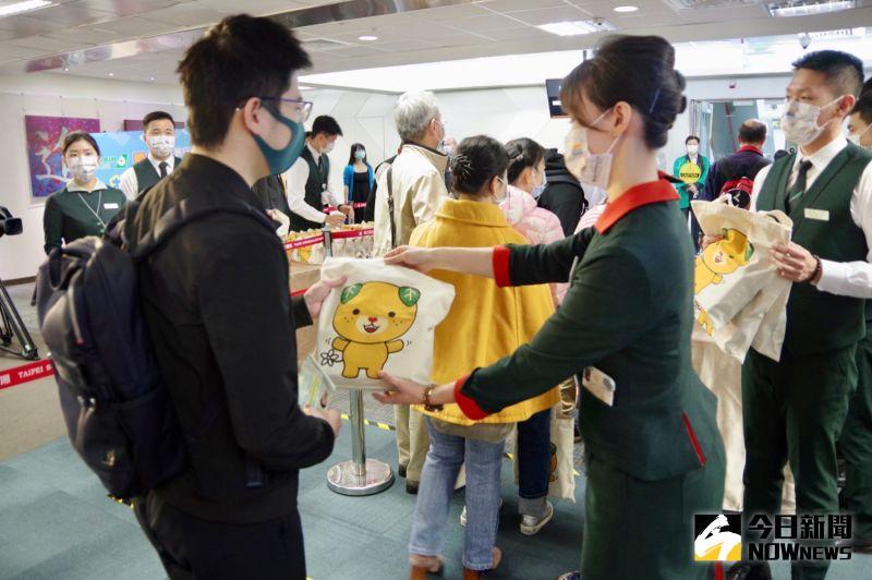 ▲每位旅客登機都會獲得愛媛縣贈品。(圖/記者陳致宇攝)