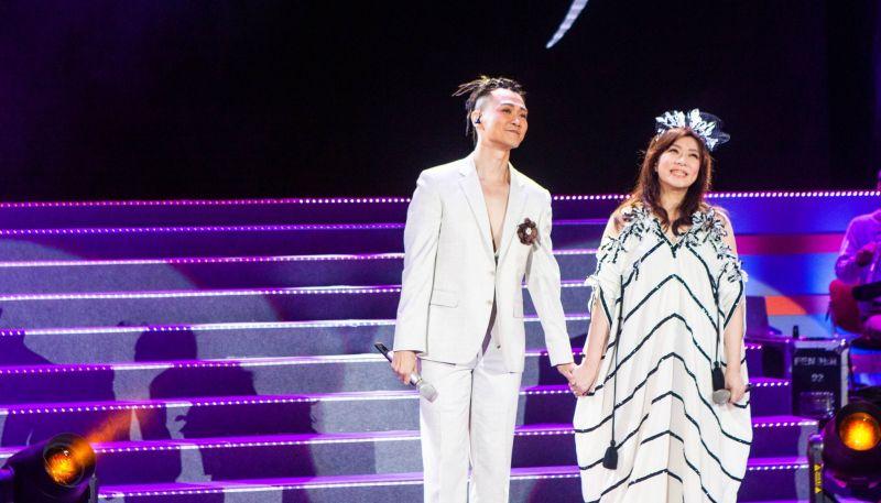 <b>趙詠華</b>大露香肩、事業線 認了與他是「靈魂伴侶」