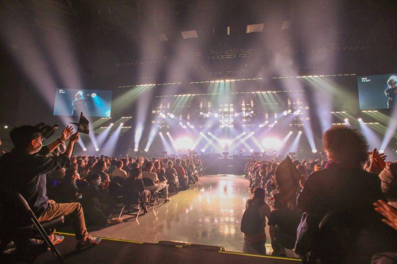 ▲高雄流行音樂中心海音館室內滿載測試,大批樂迷匯聚港區,呈現場內外貨真價實的「滿載」