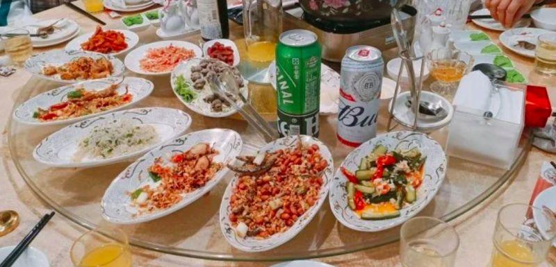 ▲一上桌就先來12道小菜給賓客享用。(圖/Dcard)