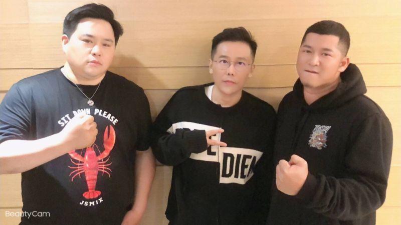 ▲吳震亞(左起)、姜寧、草爺合作拍電影。(圖/紅心字會)