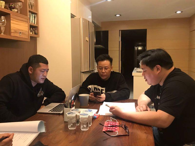 ▲草爺(左起)、姜寧、吳震亞研讀劇本。(圖/紅心字會)