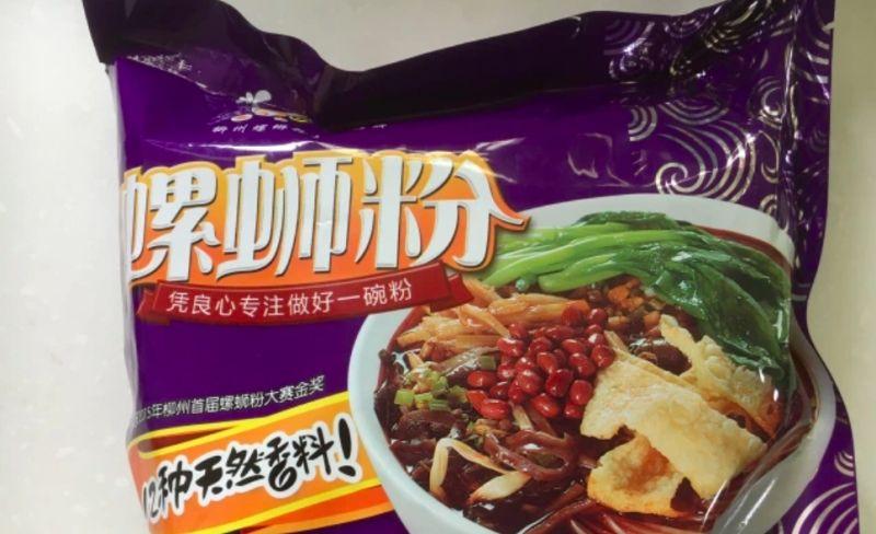 ▲網友分享自己朋友送給他一包泡麵,是紫色包裝名為「螺獅粉」的東西。(圖/美食公社)