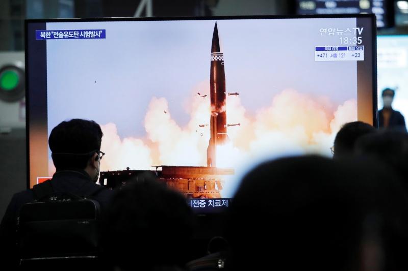 ▲日媒報導,美國、南韓和日本預計下週將在東京舉行三方會談,針對北韓議題磋商。圖為首爾火車站民眾觀看有關北韓試射行動報導的照片。(圖/美聯社/達志影像)