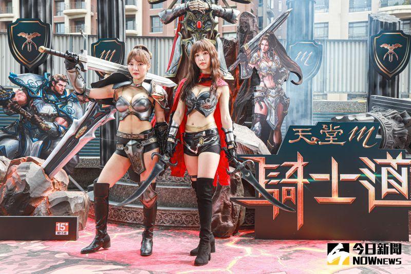 ▲何美(左)、陳瑀希體驗手遊角色扮演。(圖/記者葉政勳攝)