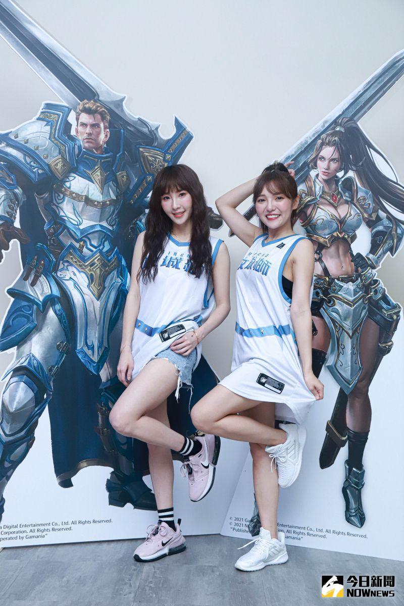 ▲何美(右)、陳瑀希搶先換上人氣盔甲藍限定球衣。(圖/記者葉政勳攝)