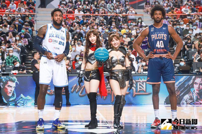 ▲何美(右二)、陳瑀希(左二)手拿限定款籃球開球。(圖/記者葉政勳攝)